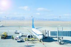 Flygplanjordning som behandlar på flygplatsterminalen royaltyfria foton