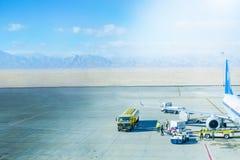Flygplanjordning som behandlar på flygplatsterminalen arkivfoton