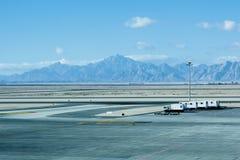 Flygplanjordning som behandlar på flygplatsterminalen arkivfoto