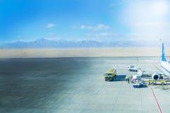 Flygplanjordning som behandlar på flygplatsterminalen royaltyfri foto