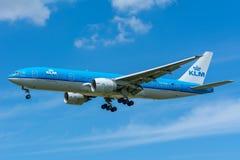 FlygplanKLM Royal Dutch flygbolag PH-BQB Boeing 777-200 flyger till landningsbanan Arkivbilder
