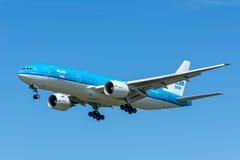 FlygplanKLM Royal Dutch flygbolag PH-BQH Boeing 777-200 flyger till landningsbanan Royaltyfria Foton