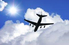 Flygplankontur i djupblå himmel Flygplanloppcompositio Royaltyfri Foto