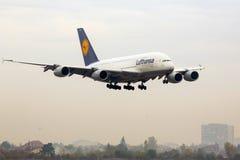 Flygplanlandning för flygbuss A380 Arkivbilder