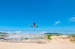 Flygplanlandning för två jetmotor på landningsbanabaksidasikt i Phuket in Arkivbilder