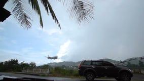 Flygplanlandning i regnigt väder, Thailand - 4 Oktober 2017 lager videofilmer