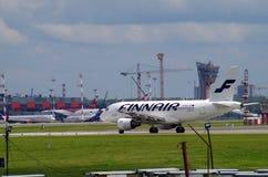 Flygplanlandning i sheremetevoflygplats Arkivfoton