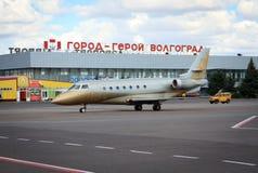 Flygplanlandning på den Volgograd flygplatsen Royaltyfria Foton