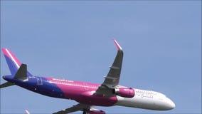 Flygplanlandning på flygplatsen stock video