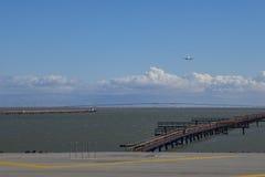 Flygplanlandning på flygplatsen Royaltyfri Bild