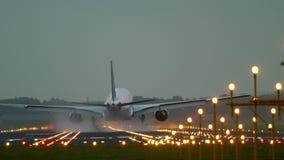 Flygplanlandning på landningsbanan 18R Polderbaan stock video