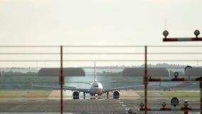 Flygplanlandning på regnigt väder arkivfilmer