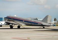 flygplanlasttappning Arkivbild