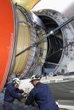 Flygplanmekaniker i uppgift Fotografering för Bildbyråer