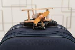 Flygplanmodell överst av bagage Royaltyfria Foton