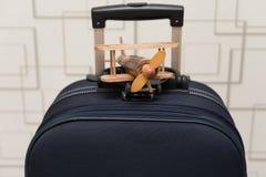Flygplanmodell på ett bagage Royaltyfria Bilder