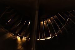 Flygplanmotor bakifrån med få ljusa royaltyfri foto