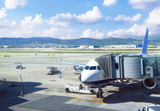 Flygplannivå i flygplatsen med molnig himmel Royaltyfri Foto