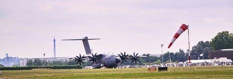 Flygplannivåflyg som väntar på för att ta av på det internationella franska mötet på Le Bourget royaltyfri bild