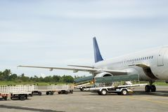 flygplanpäfyllningsbagage royaltyfri bild