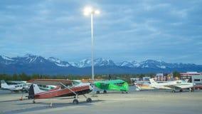 Flygplanparkering i bergen av Alaska royaltyfri bild