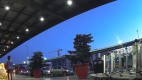 Flygplanpassagerare som går på Ninoy Aquino den internationella flygplatsen Konturer stock video