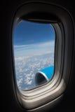 Flygplanplats och fönster inom ett flygplan Royaltyfri Foto