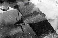Flygplanreflexion i en pöl Arkivfoto