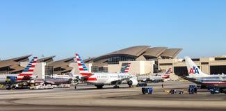 Flygplansammanträde på landningsbanan på Los Angeles den internationella SLAPPA flygplatsen Fotografering för Bildbyråer