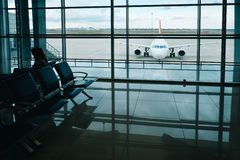 Flygplansikt från flygplatsvardagsrumfönster i flygplatsterminal arkivbilder