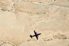 Flygplanskugga ovanför öknen arkivbild