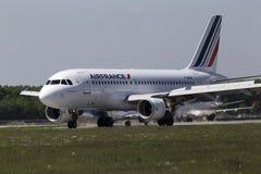 Flygplanslandning för Air France flygbuss A319-111 på landningsbanan Fotografering för Bildbyråer