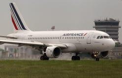 Flygplanslandning för Air France flygbuss A319-111 på landningsbanan Arkivfoto