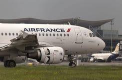 Flygplanslandning för Air France flygbuss A319-111 på landningsbanan Royaltyfria Foton