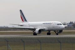 Flygplanslandning för Air France flygbuss A319-111 på landningsbanan Arkivfoton