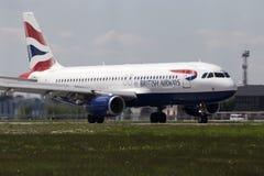 Flygplanslandning för British Airways flygbuss A320-232 på landningsbanan Arkivfoto