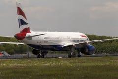 Flygplanslandning för British Airways flygbuss A320-232 på landningsbanan Royaltyfri Fotografi
