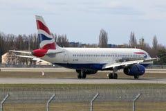 Flygplanslandning för British Airways flygbuss A320-200 A320-200 på landningsbanan Royaltyfri Bild