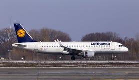 Flygplanslandning för flygbuss A320-200 för D-AIUT Lufthansa på landningsbanan Fotografering för Bildbyråer