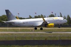 Flygplanslandning för flygbuss A320-200 för EC-MXP Vueling på landningsbanan Royaltyfri Foto