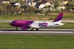 Flygplanslandning för flygbuss A320 för UR-WUB Wizz Air på landningsbanan Fotografering för Bildbyråer