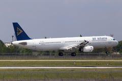 Flygplanslandning för flygplan för flygbuss A321-200 för P4-KDA Air Astana på landningsbanan Arkivbild