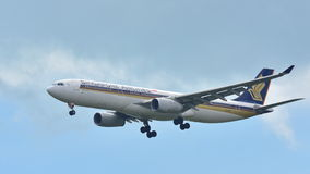 Flygplanslandning för Singapore Airlines flygbuss A330 Arkivbilder