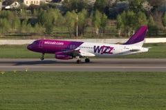 Flygplanslandning för Wizz Air flygbuss A320 på landningsbanan Fotografering för Bildbyråer