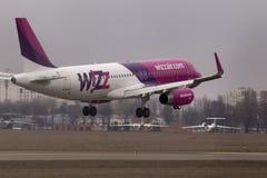Flygplanslandning för Wizz Air flygbuss A320-232 på landningsbanan Arkivfoto