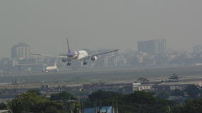 Flygplanslandning i den Dhaka flygplatsen Royaltyfri Foto