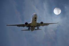 Flygplanslandning i månsken Royaltyfria Bilder