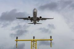 Flygplanslandning på sista inställning Fotografering för Bildbyråer