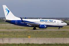 Flygplanspring för YR-BMA Blue Air Boeing 737-700 på landningsbanan Arkivbild