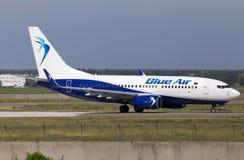 Flygplanspring för YR-BMA Blue Air Boeing 737-700 på landningsbanan Arkivbilder